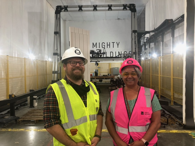Sam Ruben y Cecily Joseph en el sitio de construcción de Mighty Buildings en Oakland