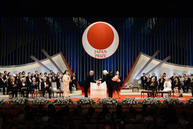 Akira Yoshino received an award from the Japan Prize.
