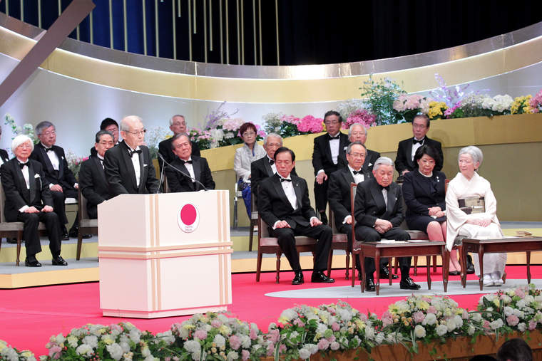 Yoshino addresses the audience at the Japan Prize ceremony.