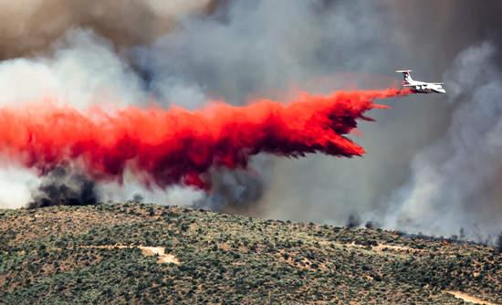 Plane in flight offloads fire dispersant