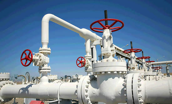 Methane that leaks from natural gas processing plants, like the one above, and elsewhere on its way to end users makes global warming worse.