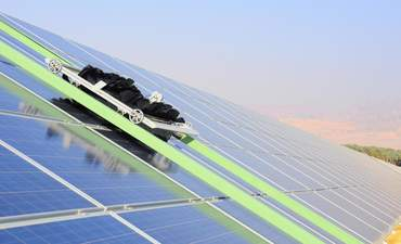 These robots take a shine to cleaning solar panels waterlessly featured image