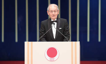 Dr. Akira Yoshino address the attendees at the ceremony for The Japan Prize