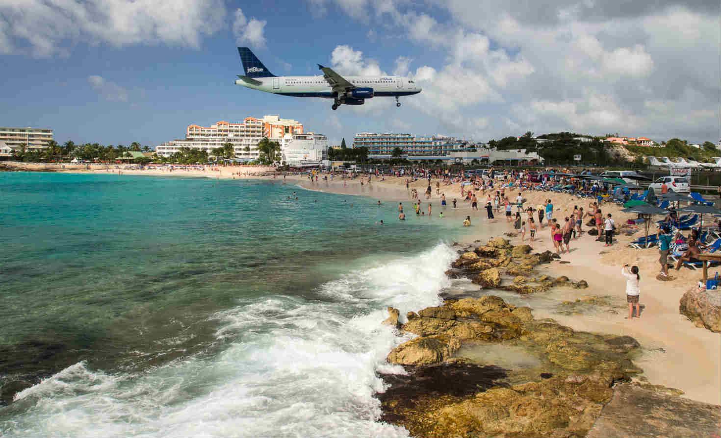 JetBlue plane landing in St. Maarten